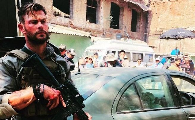 Chris-Hemsworth-publie-les-premi%C3%A8res-photos-de-Dhaka-de-Netflix