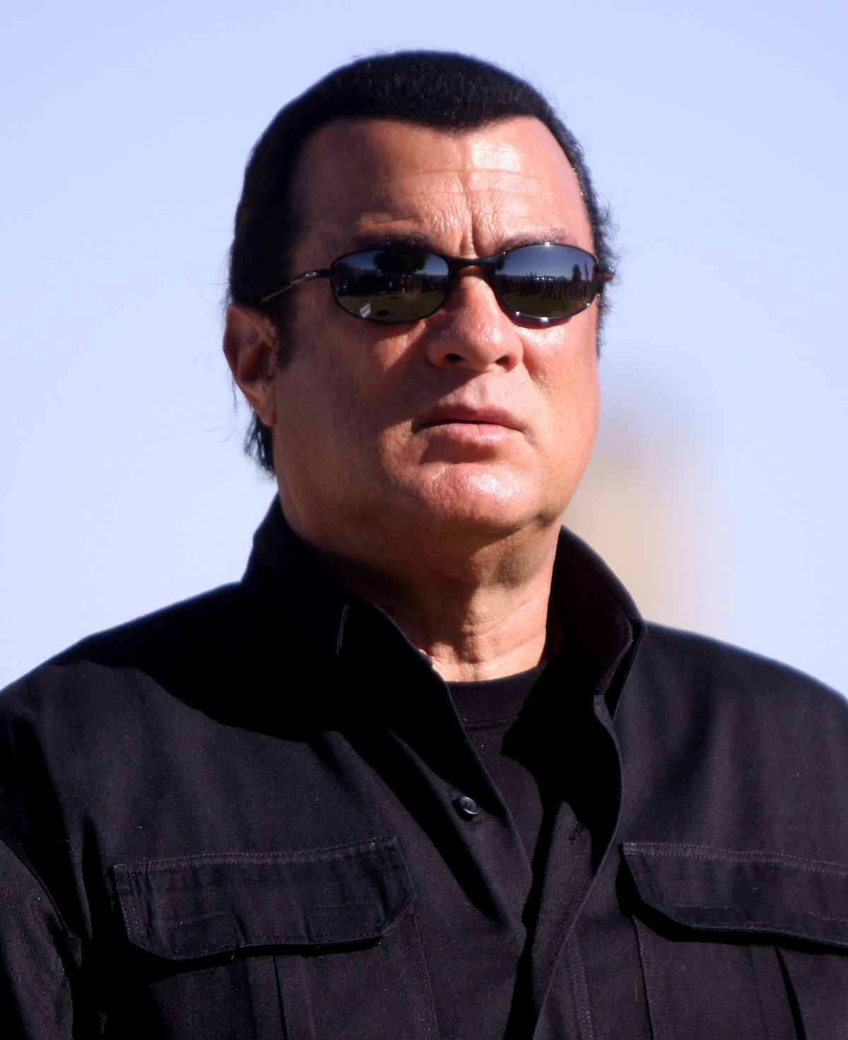 1200px-Steven_Seagal_by_Gage_Skidmore