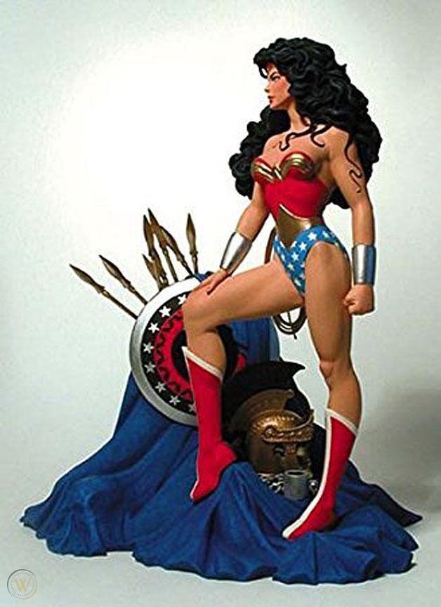 wonder-woman-mini-statue-brian_1_0fbfa47058a4e673c892bb02429f1d2b